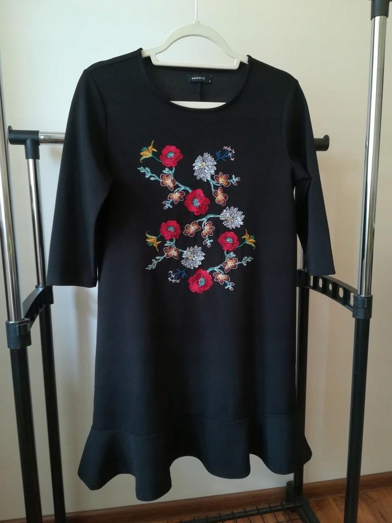 Czarna sukienka Reserved haftowana w kwiaty S