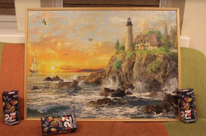 """Złożone puzzle tworzące obraz """"Zachód nad klifem"""""""