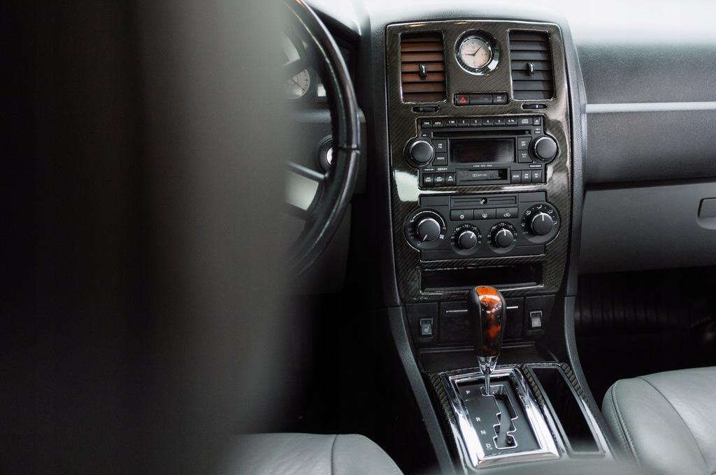 Konsola Chrysler 300C Carbon komplet dekory