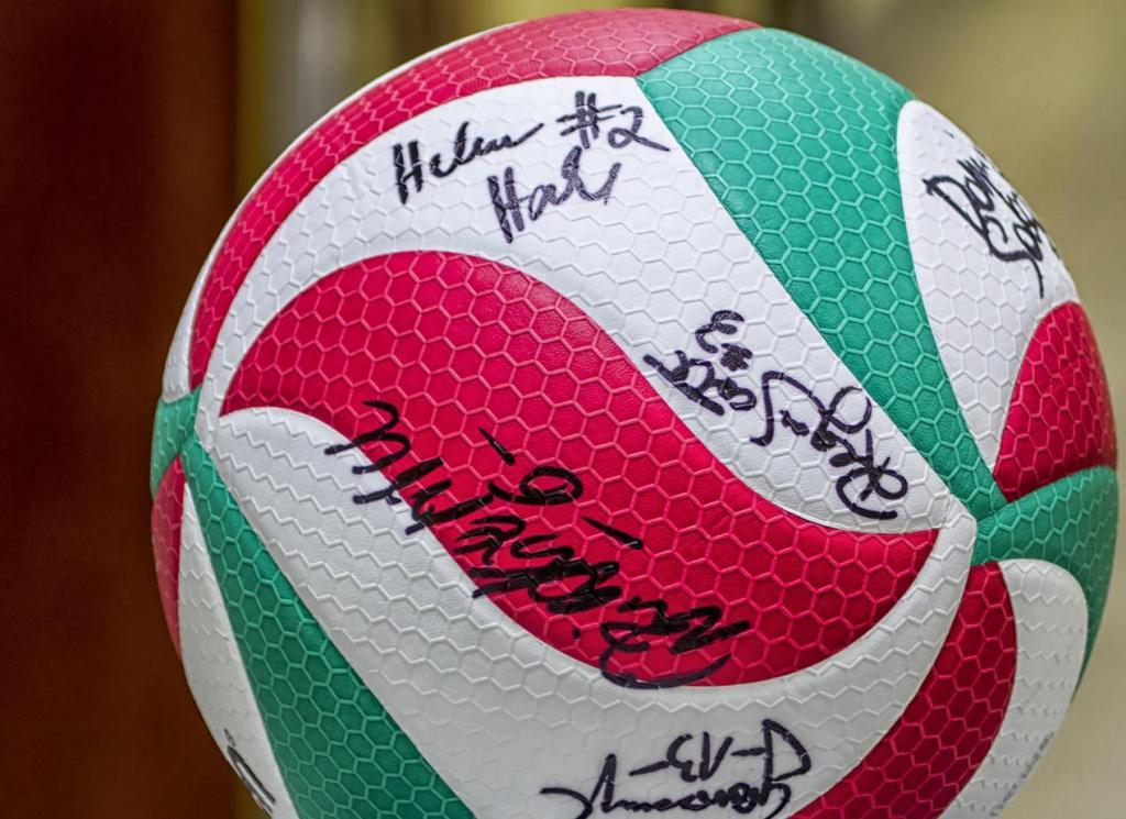 Piłka z autografami zawodniczek drużyny Tauron MKS