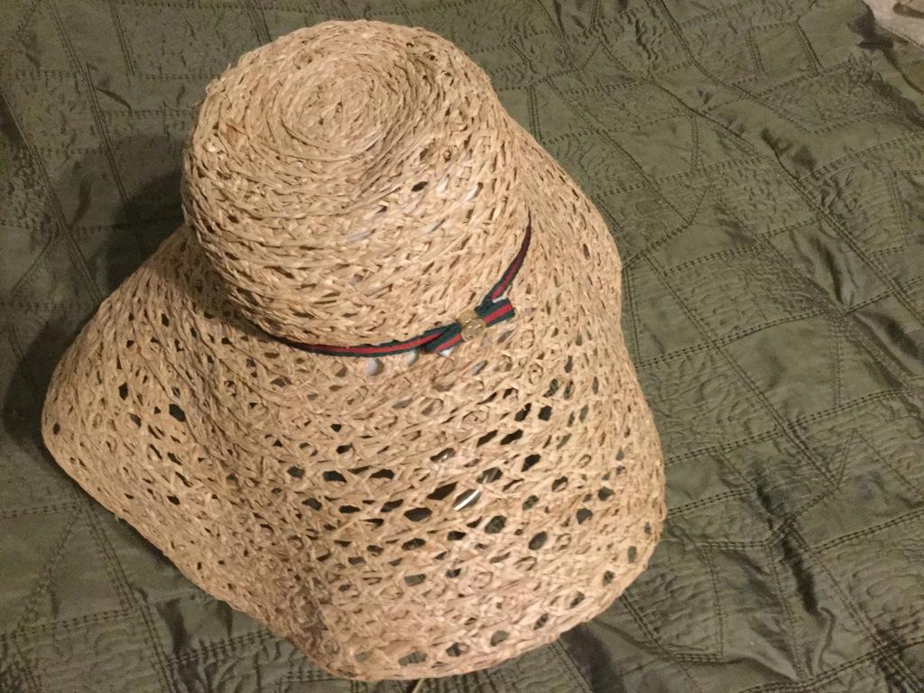 Gucci kapelusz plażowy.