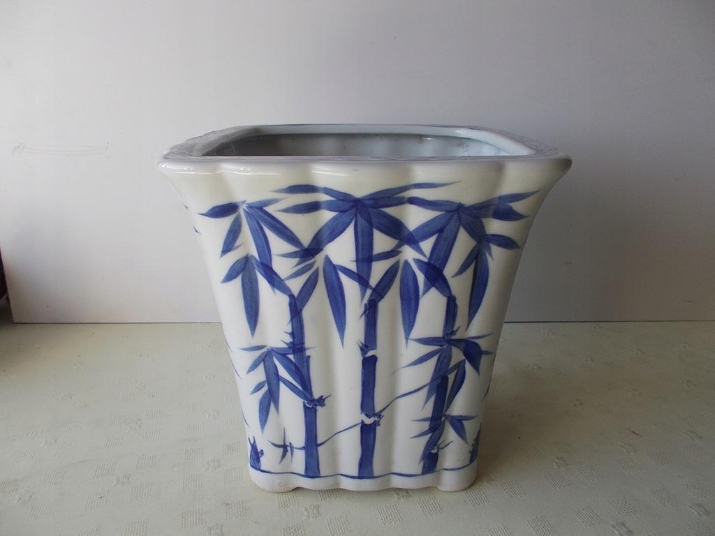 Duża, porcelanowa donica z bambusami.