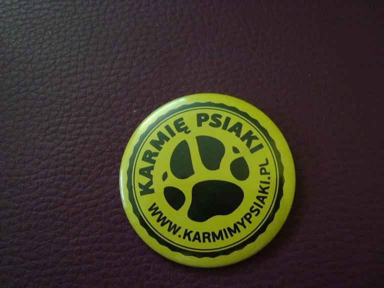 Przypinka Karmię Psiaki www.karmimypsiaki.pl