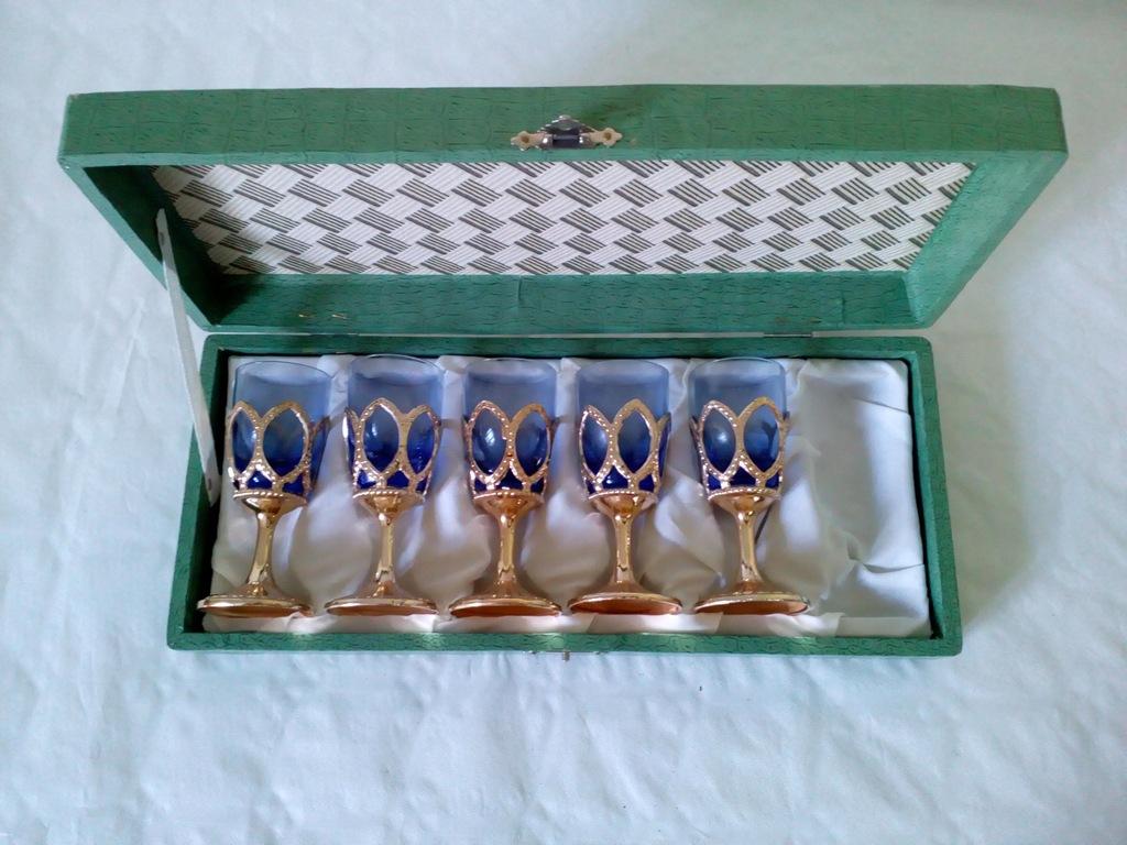 Zestaw starych dekoracyjnych kieliszków w pudełku