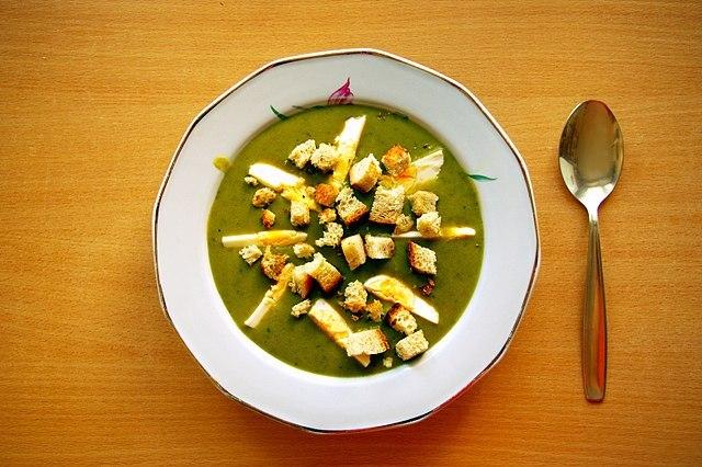 Zdjęcie zupy szczawiowej z grzankami