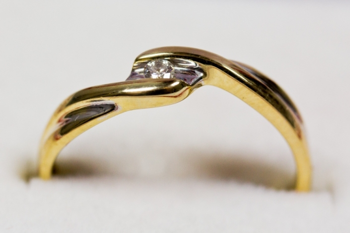 Złoty pierścionek z brylantem APART