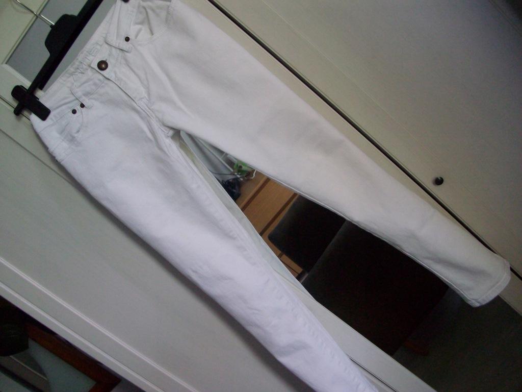 AMISU białe spodnie jeans