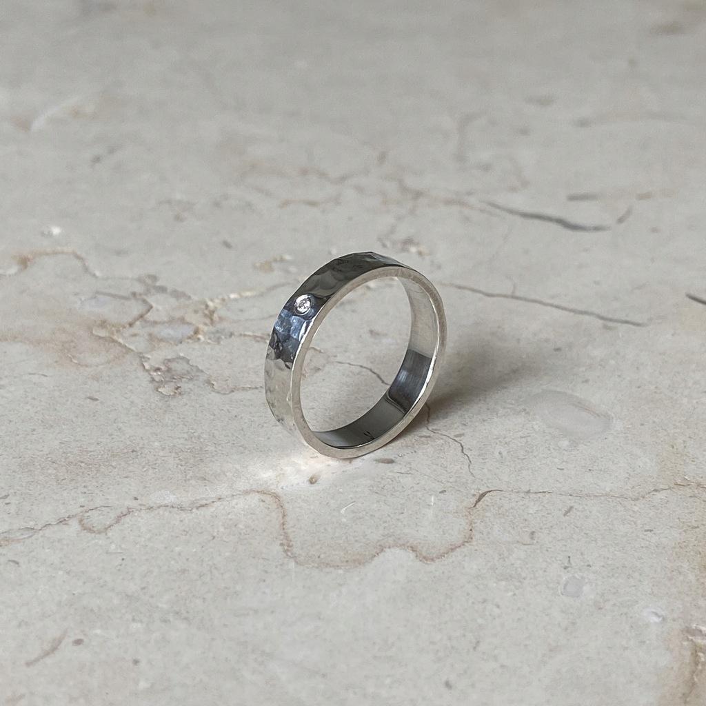 Obrączka srebrna młotkowana z cyrkonią 4mm