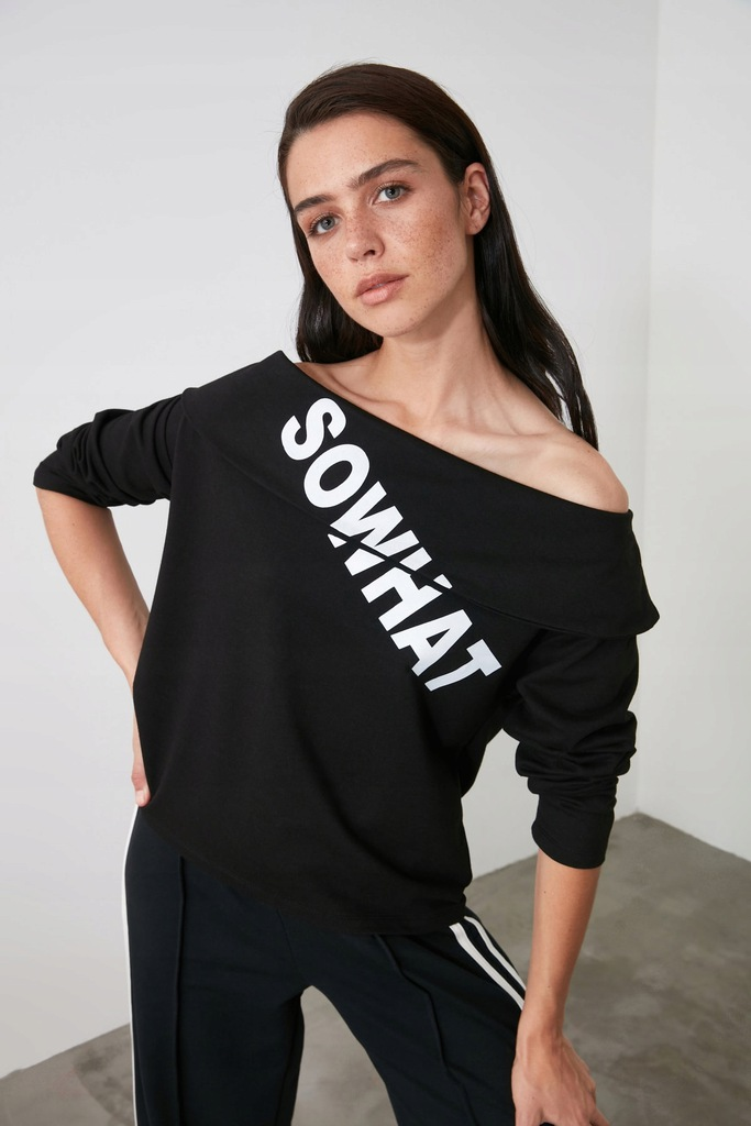 Czarna dzianinowa bluza Carmen z nadrukiem