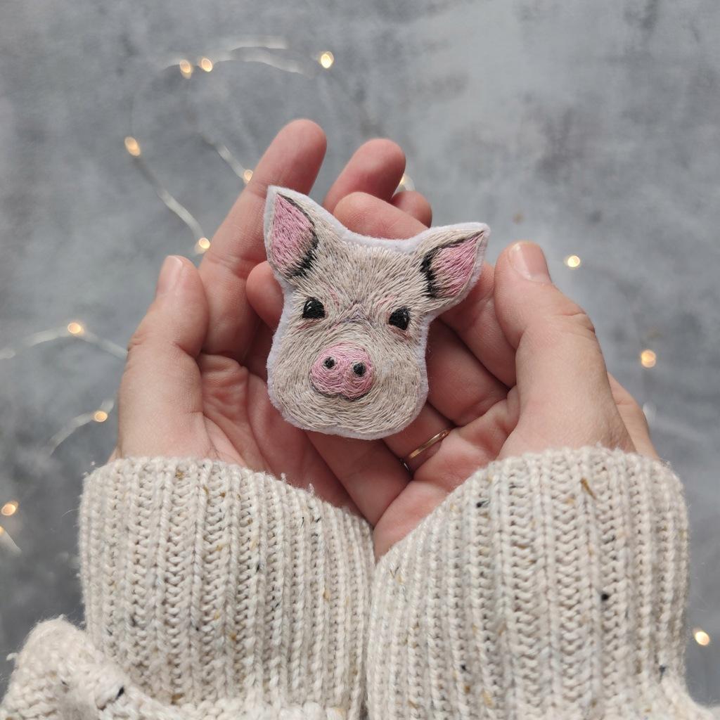 Ręcznie wyhaftowana świnka przypinka