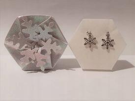 Kolczyki śnieżynki w kolorze srebrnym na sztyftach