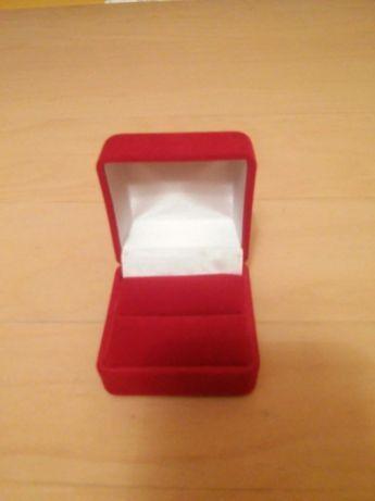 Eleganckie czerwone pudełeczko na pierścionek