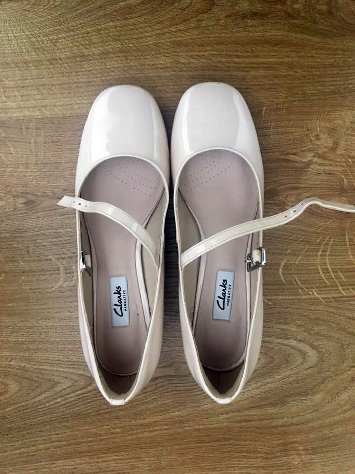 Buty, sandały, beżowe, kremowe marka Clarks, 39,5