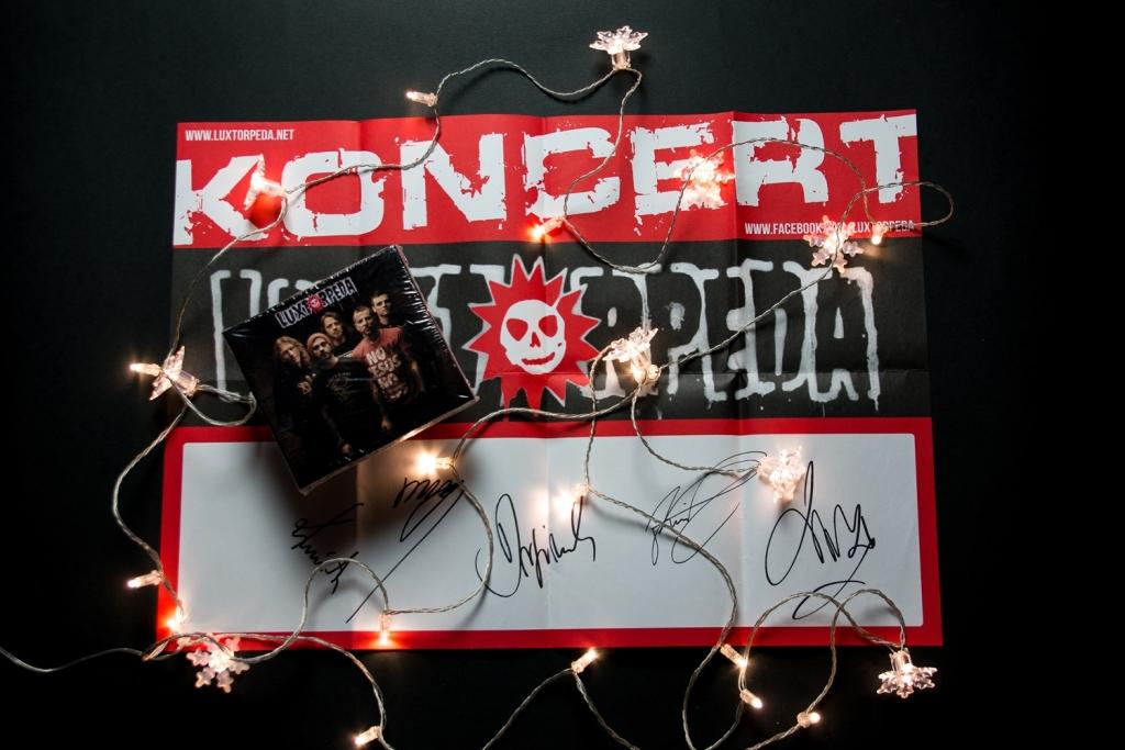Album i plakat Luxtorpedy z autografami