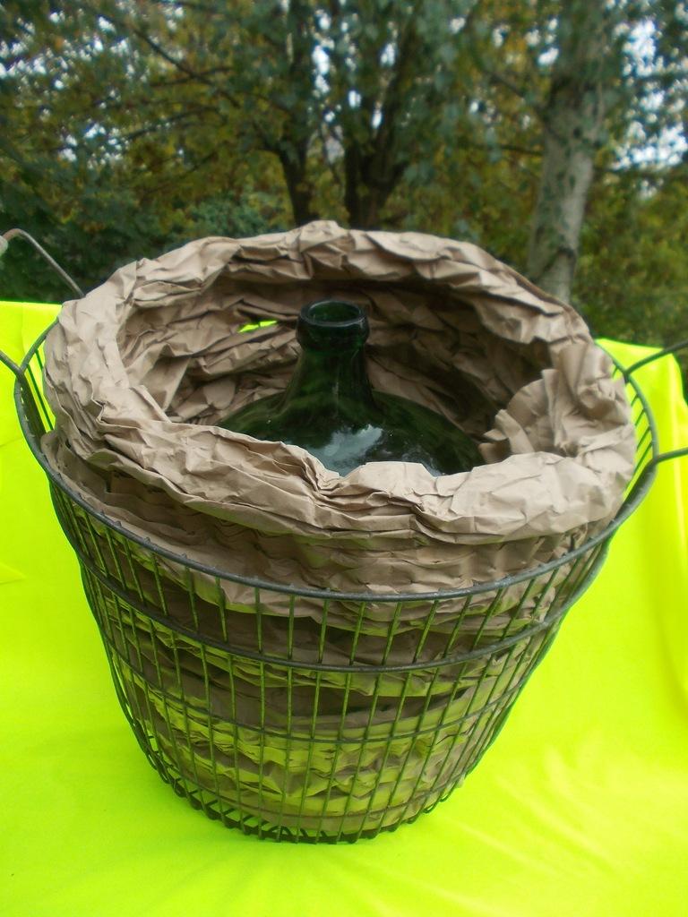 BUTLA 20 L zielona w koszu z prętów (wiekowe)