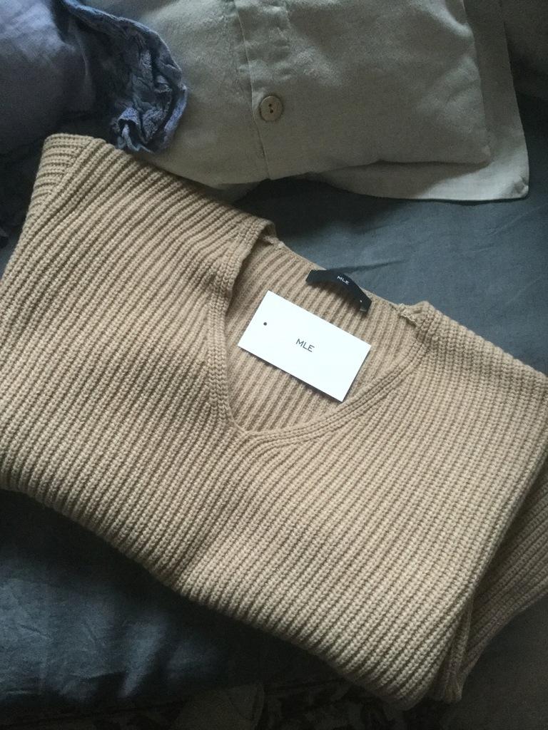 Sweterek w serek Lugano karmelowy Swetry MLE Collection