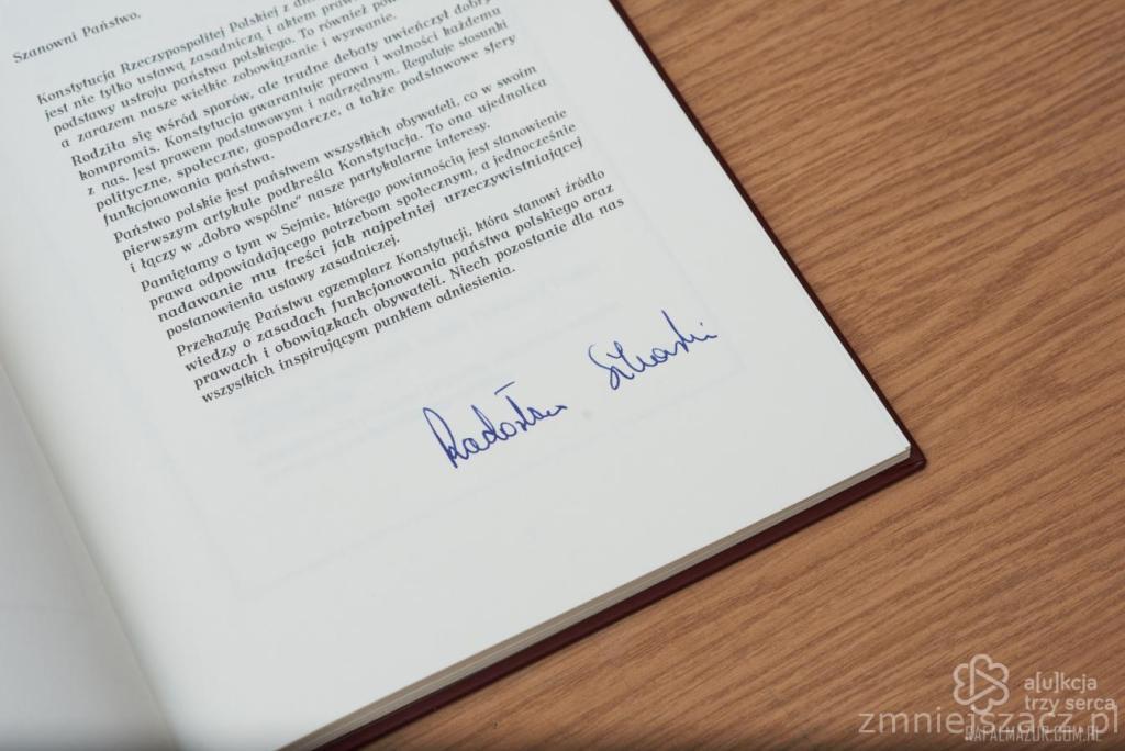 Konstytucja RP z podpisem Radosława Sikorskiego