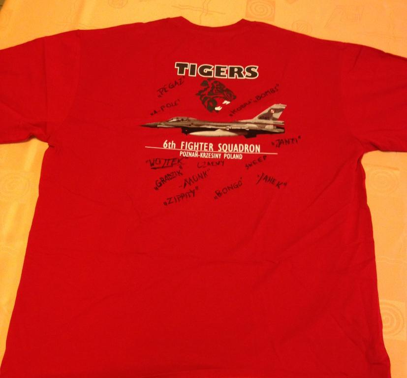 6 el., Koszulka TIGERSów z podpisami pilotów F-16