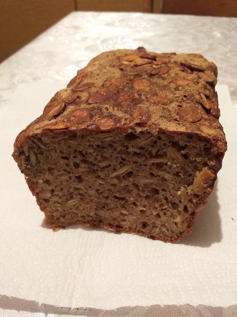 Chleb razowy na zakwasie z ziarnami
