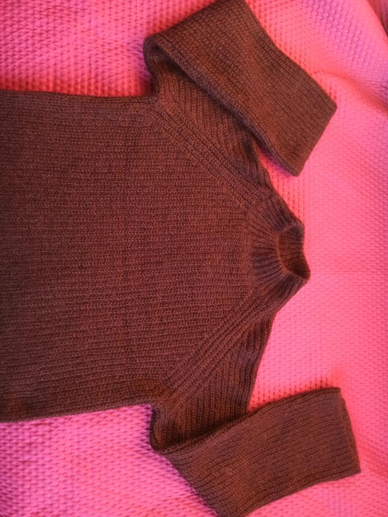 COS – bakłażanowy sweterek. Rozm. XS