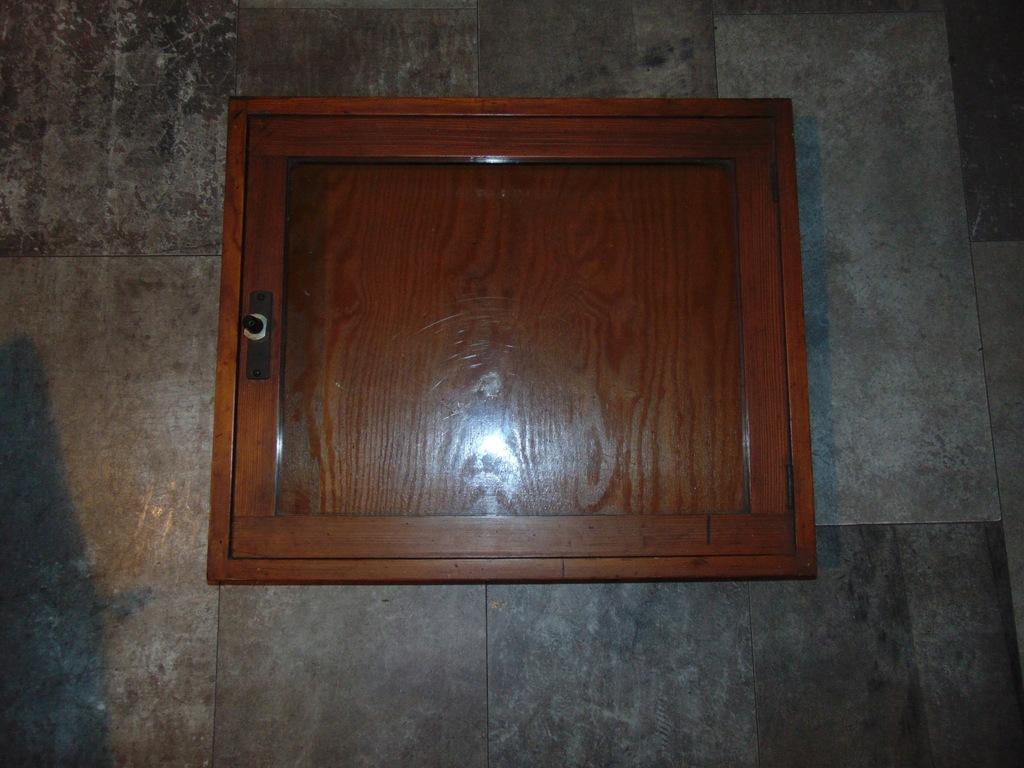 Przedwojenna gablotka drewniana,za szybą,otwierana