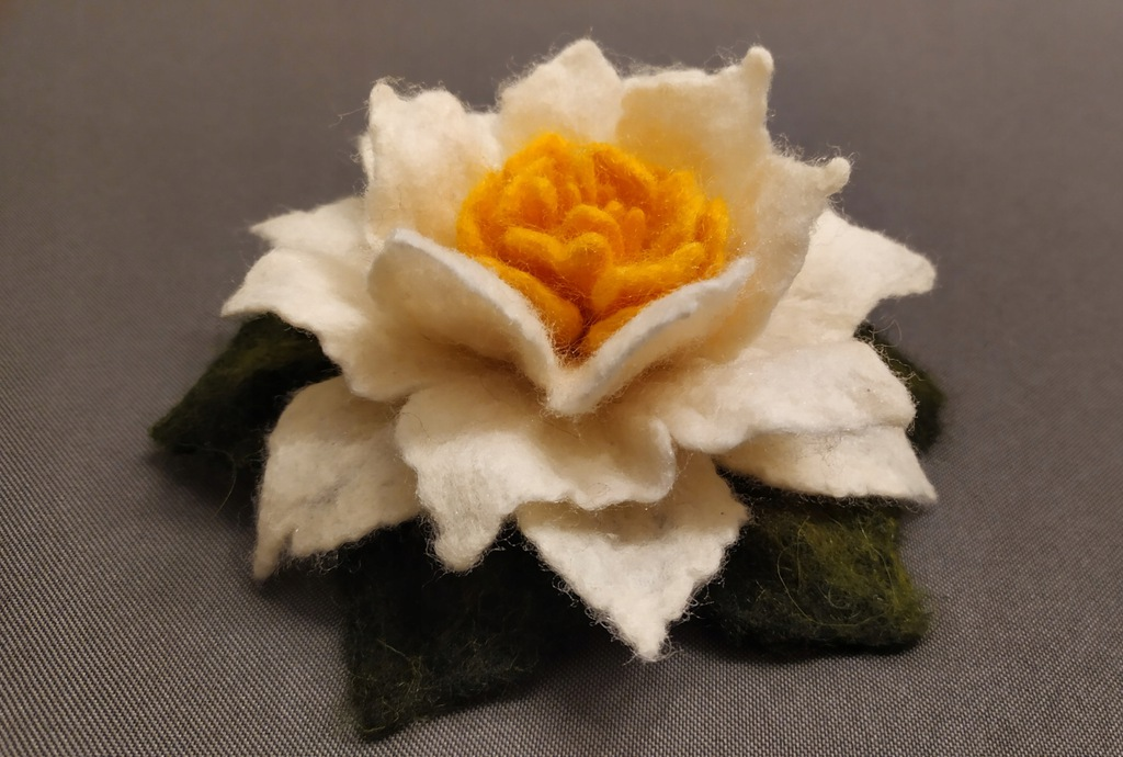 Broszka - kwiat z wełny czesankowej - rękodzieło