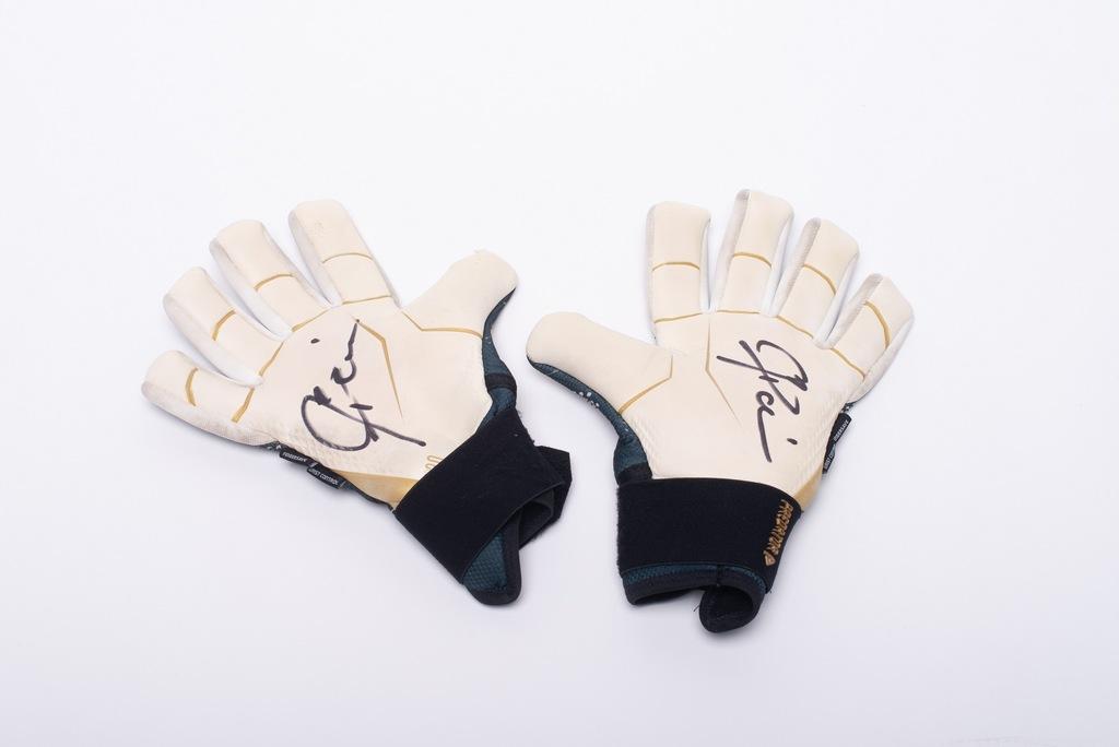 Rękawice Artura Boruca z autografem
