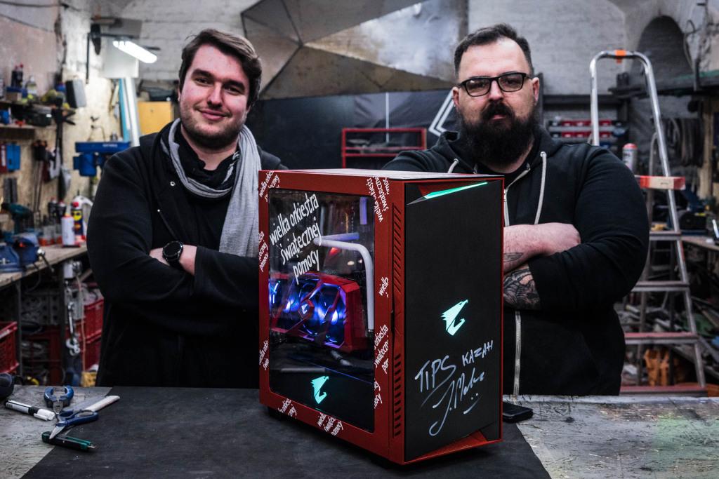 Zmodowany komputer z zestawem peryferiów