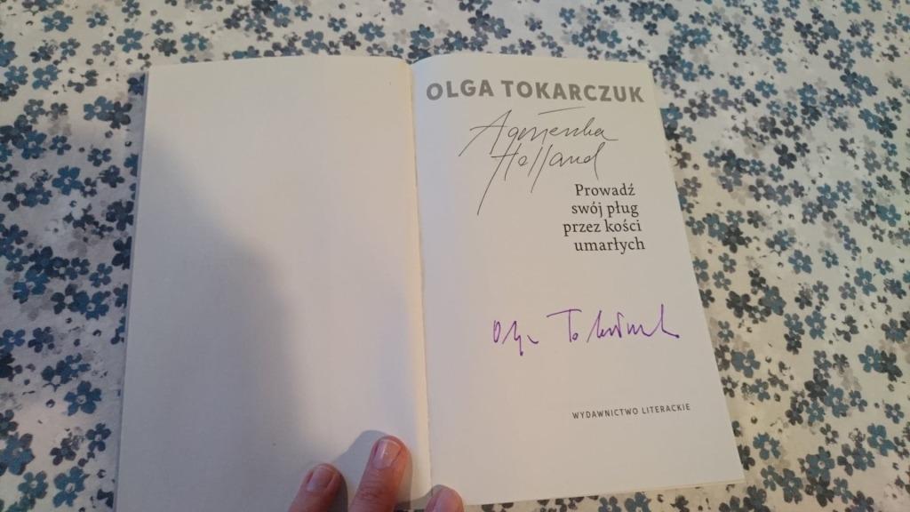 Autografy O. Tokarczuk i A. Holland w książce