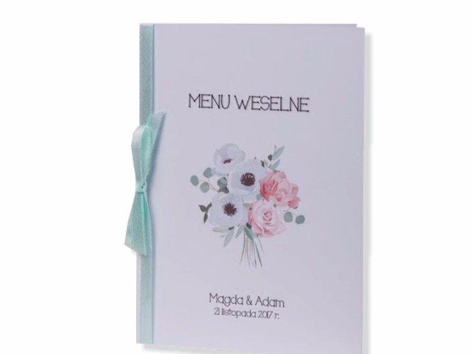 kwiatowe, spersonalizowane menu ślubne z kokardką