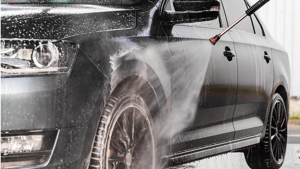 Warto porządnie umyć samochód przed długim postojem