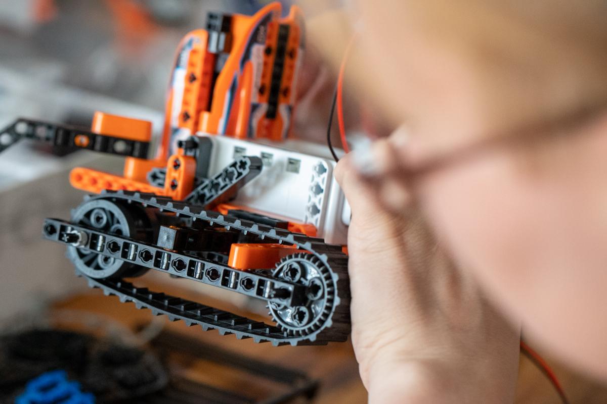 Robot sa pohybuje po stopách