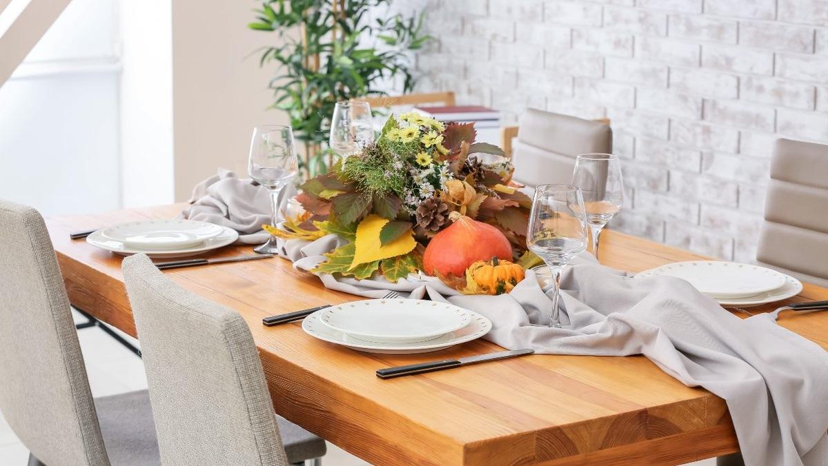 stol z jesienna dekoracja dynia ozdobna liscie stroik