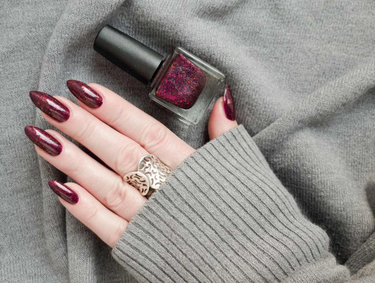bordowe brokatowe paznokcie ombre