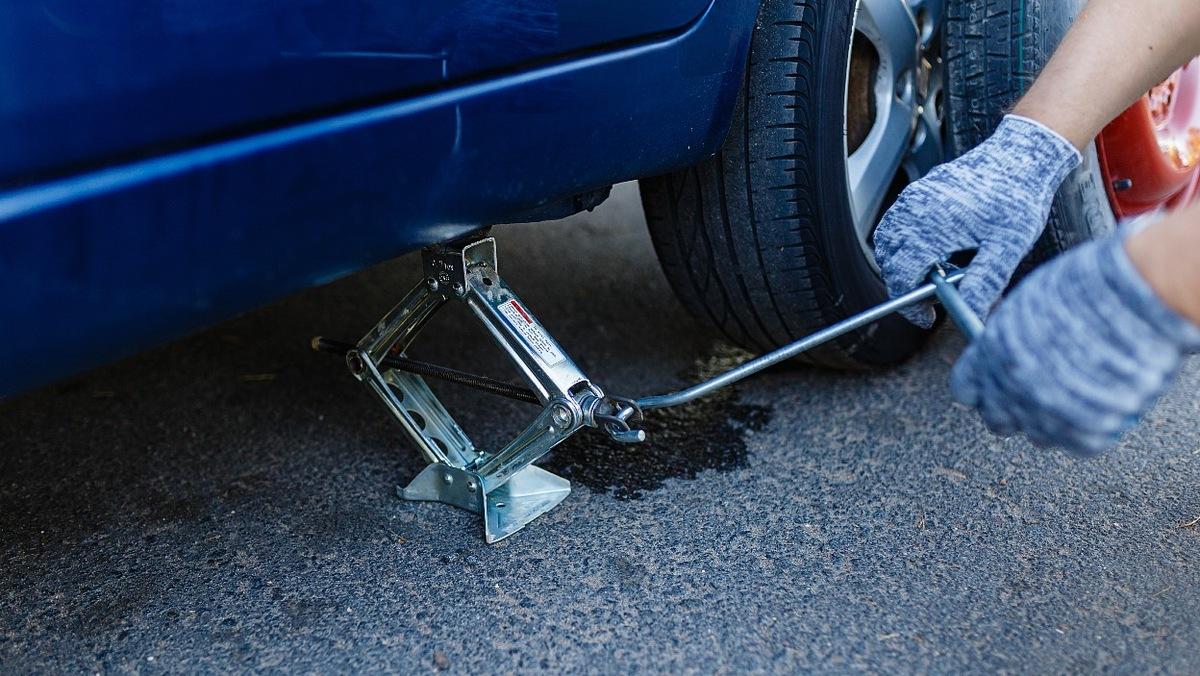 Dobrze jest podnieść samochód i postawić go na kobyłkach