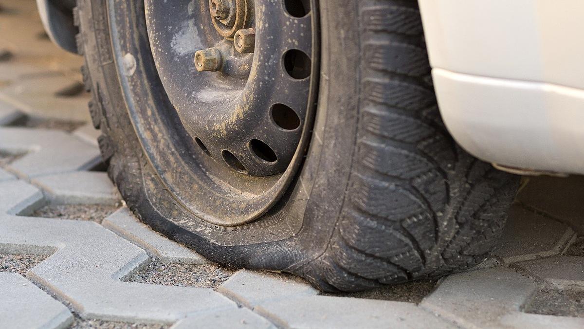 Jeśli zostawimy nasz samochód na długi czas, może dojść do odkształcenia się powierzchni opon.