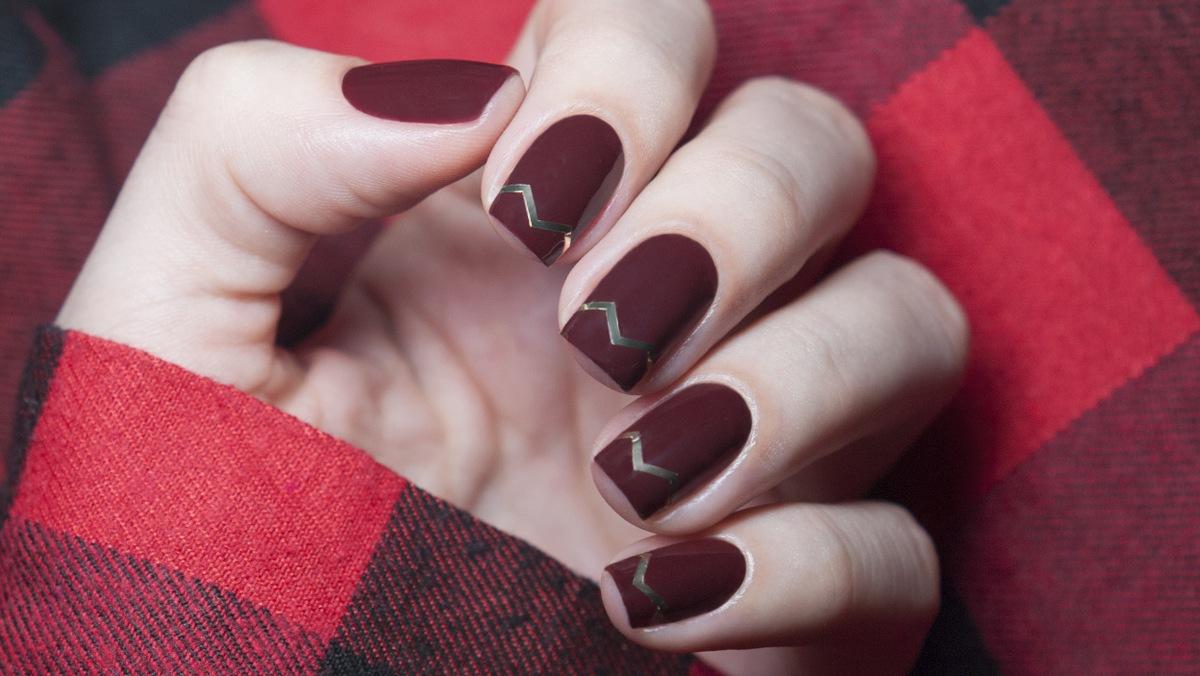 bordowe paznokcie matowe geometryczne