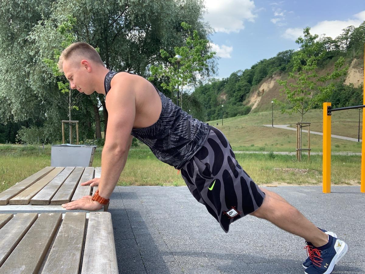 04 10 cvičení v zelených telocvičniach push-up na zvýšenie