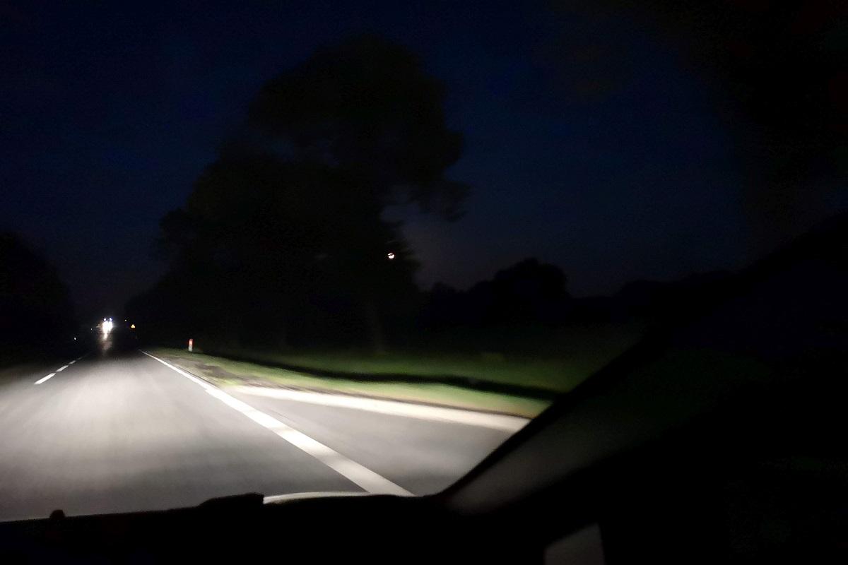 Lampy LED mogą dowolnie adaptować się do warunków jazdy, doświetlając np. pobocza