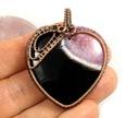 Agat, miedziany wisior z agatem różowo czarnym Materiał miedź