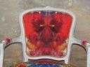 fotel ludwik w bieli z kolorową teksturą Szerokość produktu 60 cm