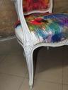 fotel ludwik w bieli z kolorową teksturą Kolor dominujący biały