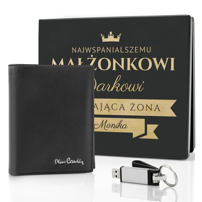 4fbc6cb9042f11 Ekskluzywny zestaw prezentowy dla każdego dżentelmena, portfel Pierre  Cardin i pendrive w drewnianej skrzyni z grawerem dedykacji.