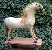 Zabytkowa zabawka duży koń