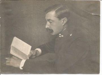 Солдат читает книгу  доставка товаров из Польши и Allegro на русском