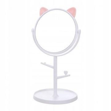 Make-up zrkadlo. Biele mačiatko