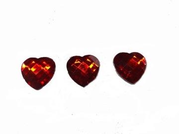 Červené srdce držali srdcovými kryštálmi
