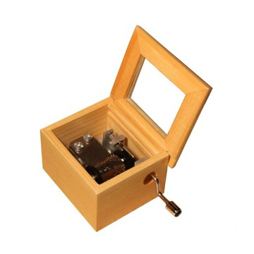 Drevená hudobná skrinka s rukoväťou. Rôzne melódie darčekov
