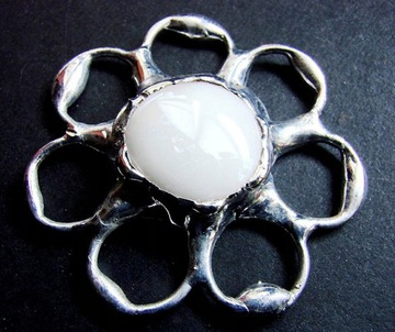 Белая оригинальная брошь в стиле тиффани от GepArd