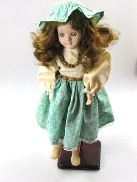 Старая фарфоровая кукла в чепце